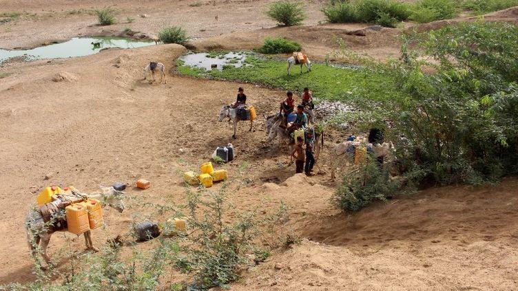 Des Yéménitesqui ont fui les combats à Hodeida, à la recherche d'eau dans le district d'Abs, le 18 juin 2018. (ESSA AHMED / AFP)