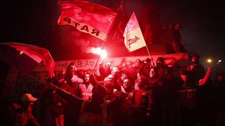 Des manifestants contre la réforme des retraites, le 10 décembre 2019 à Paris. (ZAKARIA ABDELKAFI / AFP)