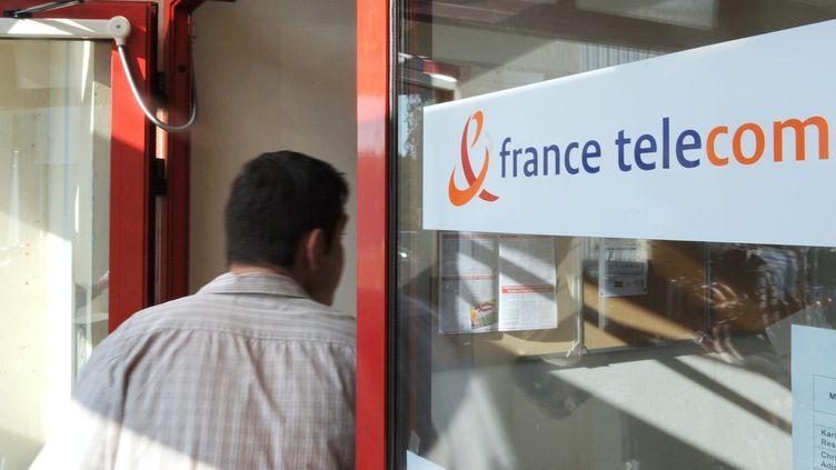 Un homme devant une boutique France Telecom en 2009. (Illustration). (JEAN-PIERRE CLATOT / AFP)