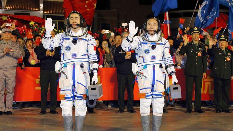 Chen Dong etJing Haipeng saluent avant le départ de la mission spatialeShenzhou 11 («Vaisseau divin 11»)de la base de lancement de Jiuqan, le 17 octobre 2016. Deux jours plus tard, ils ont rejointle laboratoire spatial Tiangong 2(«Palais céleste 2») à 6h32, heure de Pékin (22h32 GMT mardi). Soit trois heures après l'arrimage de leur vaisseau Shenzhou 11. A 393 km d'altitude, ils vont passer 30 jours à l'intérieur du laboratoire orbital, soit la plus longue mission spatiale jamais effectuée par des taïkonautes. Ils doivent mener une série d'expériences scientifiques.    (LI GANG / XINHUA)