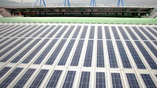 Les panneaux solaires qui recouvrent le stade Geoffroy-Guichard de Saint-Etienne (Loire), en août 2007. (JEFF PACHOUD / AFP)