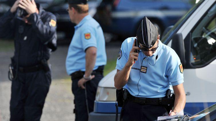 Un gendarme mobilisé lors des recherches du corps de la petite Fiona, le 27 septembre 2013 à Aydat (Puy-de-Dôme). (THIERRY ZOCCOLAN / AFP)
