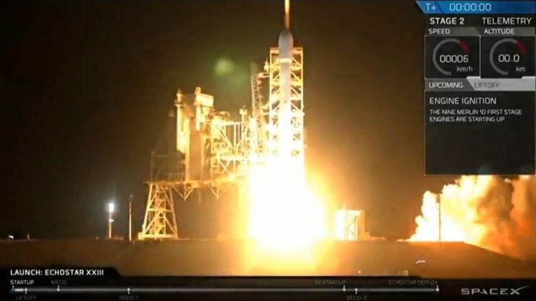 La société américaine SpaceX a lancé dans la nuit du 15 au 16 mars 2017 un satellite de communications depuis le Centre spatial Kennedy en Floride (Etats-Unis). (AP / FRANCEINFO)