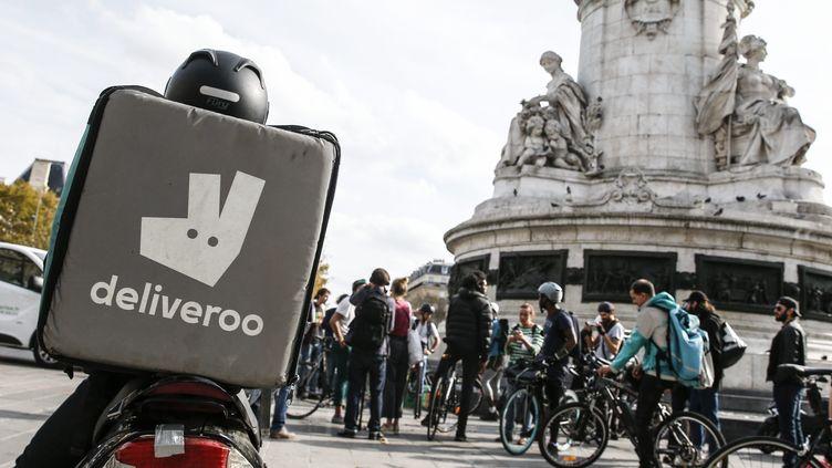 Des livreurs de l'entreprise Deliveroo manifestent le 12 octobre 2018 à Paris. (LEON TANGUY / MAXPPP)