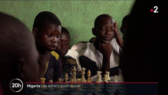 Nigeria : les enfants d'un bidonville géant découvrent comment jouer aux échecs