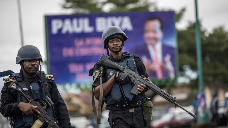 Des membres de la gendarmerie camerounaise patrouillent dans les rues de Buea, la capitale de la province anglophone du Sud-Ouest, le 3 octobre 2018. (MARCO LONGARI / AFP)