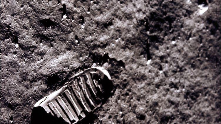 Photo d'une marque de pas sur le sol de la lune, prise par le module lunaire d'Apollo 11, le 21 juillet 1969. (NASA / AFP)