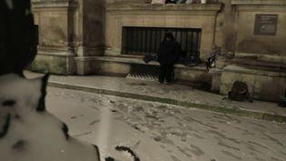 Pauvreté : à Paris, des sans-abri dorment sous la neige (France 2)