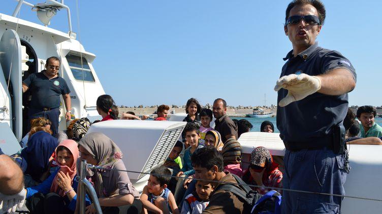 Les garde-côtes grecs ramènent dans le port de Ierapetra (Crête) des migrants sauvés en Méditerranée, le 9 novembre 2013. (GIANNIS POLITIS / AFP)