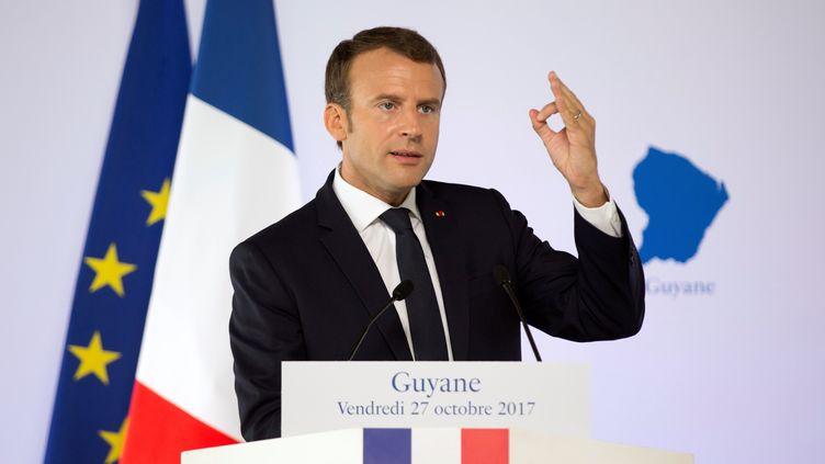 Emmanuel Macron, le 27 octobre 2017, lors d'un déplacement à Cayenne, en Guyane. (RONAN LIETAR / REUTERS)