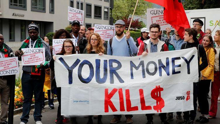 Des manifestants interpellent les actionnaires de Glencore réunis au siège de la société suisse le 2 mai 2018. (Photo Reuters/Arnd Wiegmann)