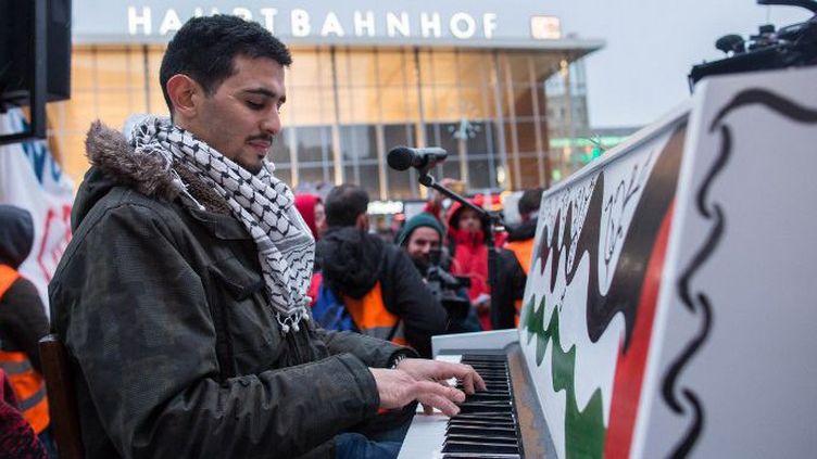 Le pianiste syro-palestinien AehamAhmadrépète le 16 janvier 2016 à Berlin,avant un concert. (SEBASTIAN KAHNERT / DPA)