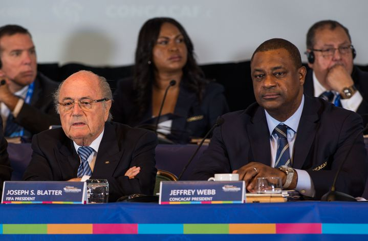 Le président de la Concacaf, Jeffrey Webb (à droite), à côté du président de la Fifa, Sepp Blatter (à gauche), le 16 avril 2015,aux Bahamas. (DAVID LEAH / MEXSPORT / AFP)