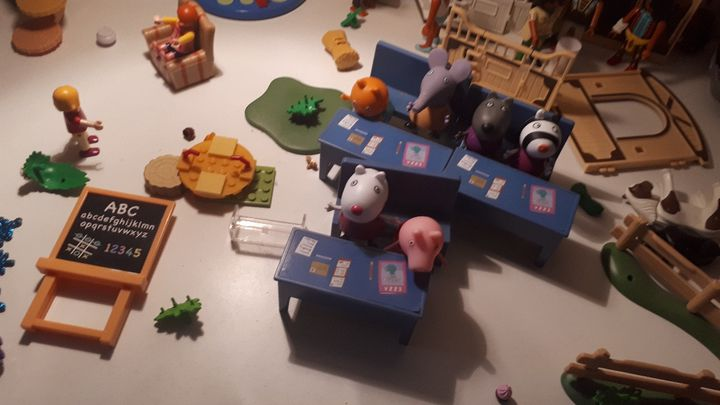 Les jouets de Lily-Rose, dans sa chambre, chez son père, à La Rochelle. (SANDRINE ETOA-ANDEGUE / RADIO FRANCE)