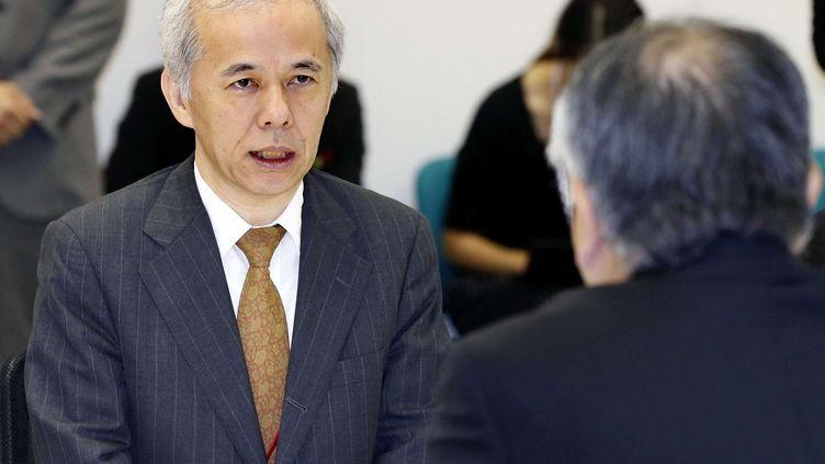Naomi Hirose, le président de Tepco, l'exploitant de la centrale accidentée de Fukushima, s'adressant à Katsuhiko Ikeda, chef del'Autorité de régulation nucléaire japonaise, le 4 octobre 2013 à Tokyo (Japon). (AP / SIPA)