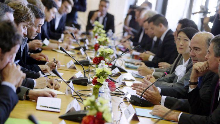 Le ministre de l'Economie, Pierre Moscovici, la ministre déléguée aux PME, Fleur Pellerin et le ministre délégué au Budget, Jérôme Cahuzac, rencontre des entrepreneurs, à Paris, le 4 octobre 2012. (KENZO TRIBOUILLARD / AFP)