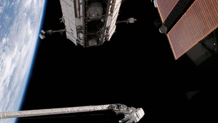 Sortie extravéhiculaire d'un astronaute américain en 2006. (MAXPPP)