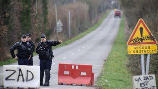 Des gendarmes contrôlent l'accès au site de Notre-Dames-des-Landes(Loire-Atlantique), le 4 janvier 2013. (JEAN-SEBASTIEN EVRARD / AFP)