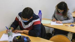 Des étudiants passent leurs partiels à Angers (Maine-et-Loire), le 20 janvier 2021. (JEAN-MICHEL DELAGE / HANS LUCAS / AFP)
