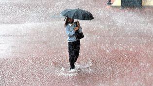 Une habitante durant un orage à Montpellier (Hérault), le 3 septembre 2021. (MAXPPP)