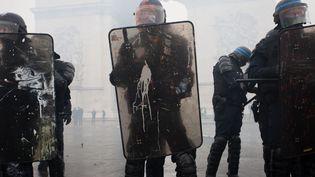 """Des CRS durant la manifestation des """"gilets jaunes"""" autour des Champs-Elysées à Paris, le 1er décembre 2018. (YANN BOHAC / SIPA)"""