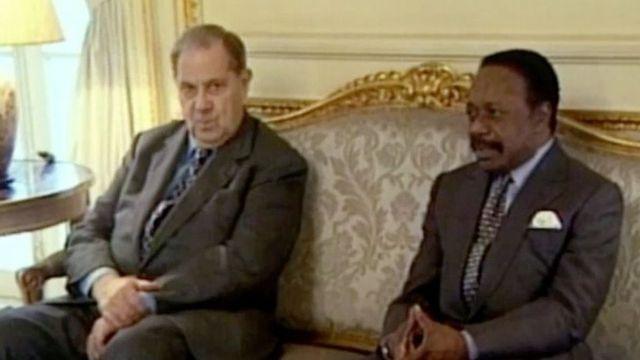 Complément d'enquête. Omar Bongo et les mallettes de cash de la Françafrique : tout le monde était mouillé, affirme Robert Bourgi