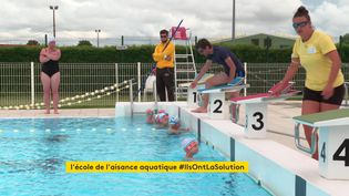 Des enfants de grande section nagent sous la surveillance de maîtres-nageurs. (France 3 Poitiers)