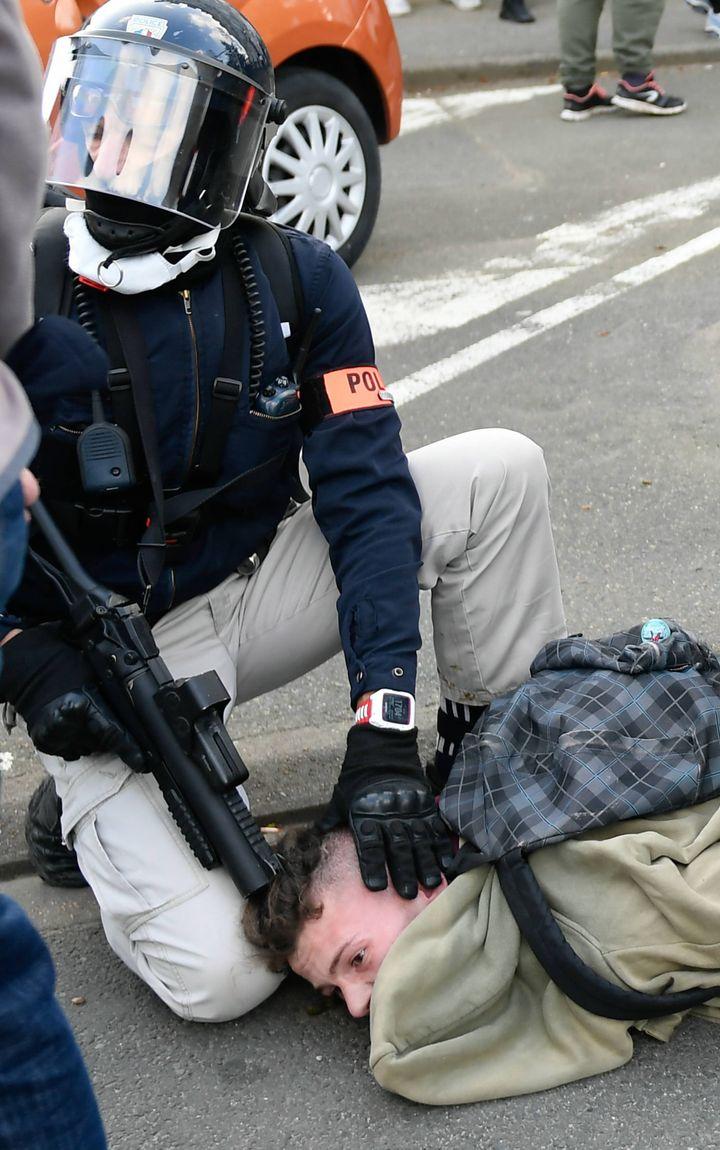 """Un policier interpelle un manifestant lors d'un rassemblement des """"gilets jaunes"""" au Mans, le 23 mars 2019, et son LBD touche le crâne du jeune homme. (MAXPPP)"""