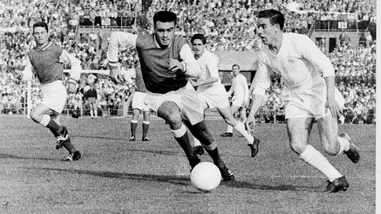 Les Rémois Penverne et Leblond tentent de s'opposer à un attaquant madrilène, le 03 juin 1959 à Stuttgart, lors d'un match opposant le Real Madrid au Stade de Reims comptant pour la finale de la coupe d'Europe des clubs champions. (- / AFP)
