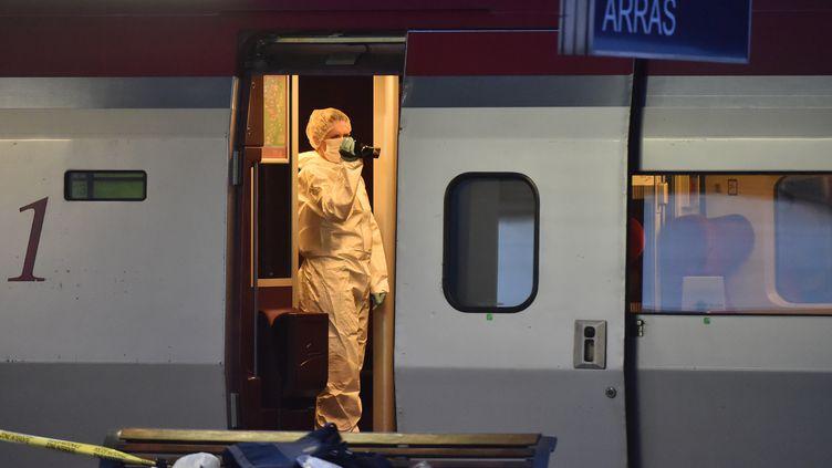 La police inspecte le train après la tentative d'attentat, à la gare d'Arras, le 21 août 2015. (PHILIPPE HUGUEN / AFP)
