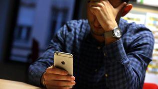 Souvent envoyés via les messageries en ligne comme WhatsApp, ou partagés sur les réseaux sociaux, les faux messages d'information sur le coronavirus prolifèrent. Photo d'illustration. (LIONEL VADAM  / MAXPPP)