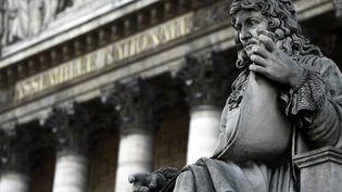 Vue de la statue de Colbert, devant l'Assemblée nationale à Paris. C'est l'une des statues pointées du doigt par certains militants antiracistes. (JOEL SAGET / AFP)