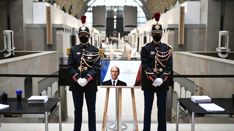 Un Livre d'or est mis à disposition du public au Musée d'Orsay pour rendre hommage àValéry Giscard d'Estaing le 9 decembre 2020, journée de deuil national. (STEPHANE DE SAKUTIN / POOL)