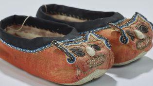 Chaussures pour enfant à tête de tire hutouxie (Chine, milieu du XIXe), Musée des Confluences de Lyon, Dépôt des Oeuvres pontificales missionnaires à Lyon  (Q. Lafont / musée des Confluences)
