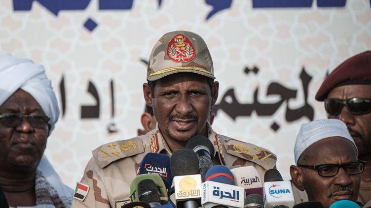 Mohamed Hamdan Daglo, vice-président du Conseil militaire de transition (TMC), homme fort du nouveau pouvoir au Soudan lors d'une intervention, le 22 juin 2019, près de Khartoum. (YASUYOSHI CHIBA / AFP)