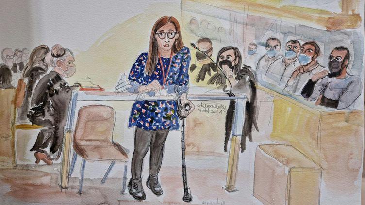 Une rescapée du Bataclan à la barre, au procès des attentats du 13 novembre 2015, au palais de justice de Paris, le 7 octobre 2021. (ELISABETH DE POURQUERY / FRANCEINFO)