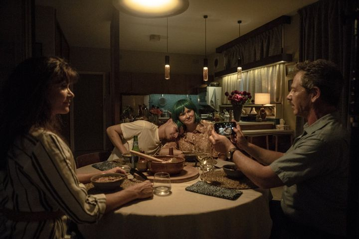 "Eliza Scanlen, Toby Wallace, Ben Mendelsohn et Essie Davisdans ""Milla"" deShannon Murphy (2021). (LISA TOMASETTI / MOMENTO)"