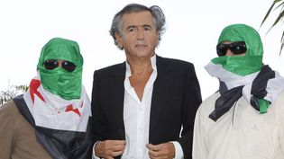 Venu présenter 'Le Serment de Tobrouk', Bernard Henri Lévy pose aux côtés de dissidents syriens  (SEBASTIEN NOGIER/EPA/MAXPPP)