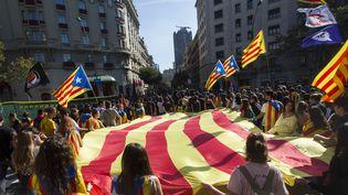 Des manifestants indépendantistes à Barcelone (Espagne), le 26 octobre 2017. (STEFANO GUIDI / CITIZENSIDE / AFP)