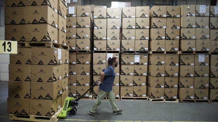 Une employée porte un masque dans un entrepôt, à Draper, Utah, le 21 septembre 2020. (GEORGE FREY / GETTY IMAGES NORTH AMERICA / AFP)