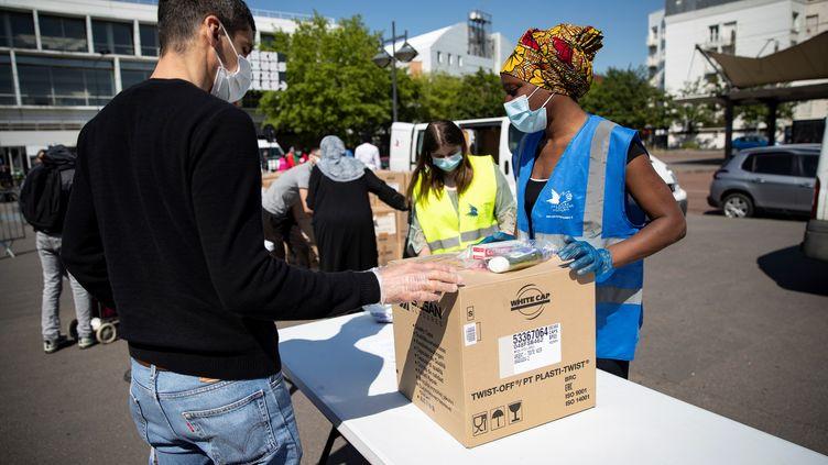 Distribution de colis de nourriture et de produits d'hygiène par le Secours populaire à des étudiants devant l'université Paris VIII à Saint-Denis, le 6 mai 2020. (THOMAS SAMSON / AFP)