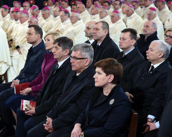 Le 14 avril 2016, le président Andrzej Duda (à gauche) assiste à la messe célébrant les 1050 ans de catholicisme en Pologne à Gniezno, en compagne deBeata Szydło (premier plan) etJarosław Kaczyński (deuxième rang, à droite). (JANEK SKARZYNSKI / AFP)