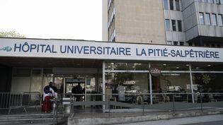 Photo de l'entrée principale de l'hôpital de la Pitié-Salpêtrière, à Paris, prise le 15 avril 2019. (KENZO TRIBOUILLARD / AFP)