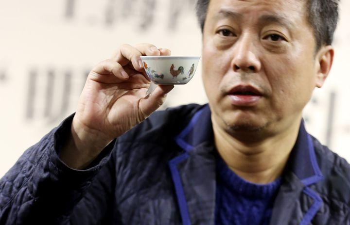 Liu Yiqian montre le bol chinois de la dynastie Ming en décembre 2014.  (Zhou junxiang / Imaginechina)