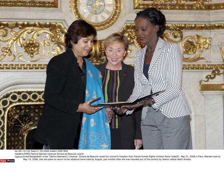 Taslima Nasreen honorée en 2008 du prix Simone de Beauvoir pour la liberté des femmes, remis par la ministre Rama Yade. (LYDIE/SIPA)