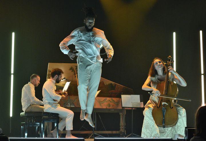 """L'ensemble Concert de l'Hostel Dieu, accompagné par le danseur hip-hop Jérôme Oussou dans """"Fugacités #1"""" (BERTRAND PICHENE - FESTIVAL D'AMBRONAY)"""