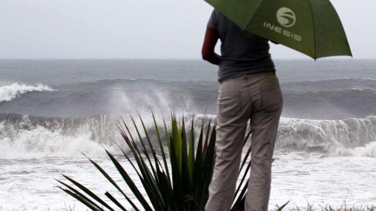 Des vents forts se faisaient ressentir mercredi 2 janvier àSainte-Suzanne de la Réunion, qui se prépare avant l'arrivée de la tempêtetropicaleDumile. (RICHARD BOUHET / AFP)