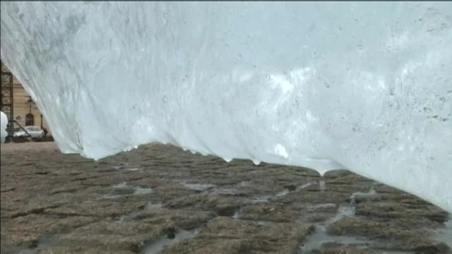 Des tonnes de glace récoltées au Groenland ont été transportés jusqu'à la place du Panthéon pour sensibiliser aux enjeux de la conférence climat de l'ONU.
