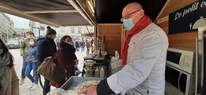Philippe Poisier, restaurateur à Limoges, dans son chalet de la place de la Motte, en mars 2021. (SEBASTIEN BAER / RADIO FRANCE)