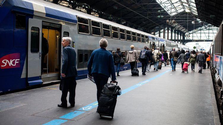 Des passagers sur un quai de la gare Saint-Lazare à Paris, le 1er juin 2016. (RODRIGO AVELLANEDA / ANADOLU AGENCY / AFP)